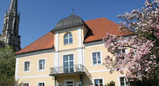 Seniorenwohnhaus Schloss Hall, Caritas für Betreuung und Pflege